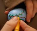 při zdobení fixkami dáme pozor, abychom vajíčko nerozmáčkli .-)