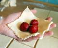 Na čtvereček dáme podle velikosti až 3 jahody