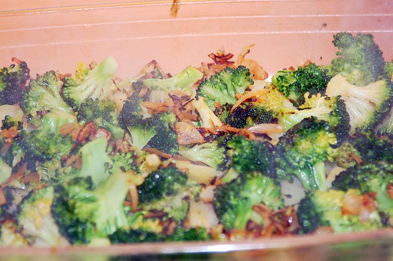 vrstva brokolice na bramborách