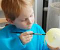 Připravenou směsí lepidla a vody přilepujeme na balonek proužky papíru