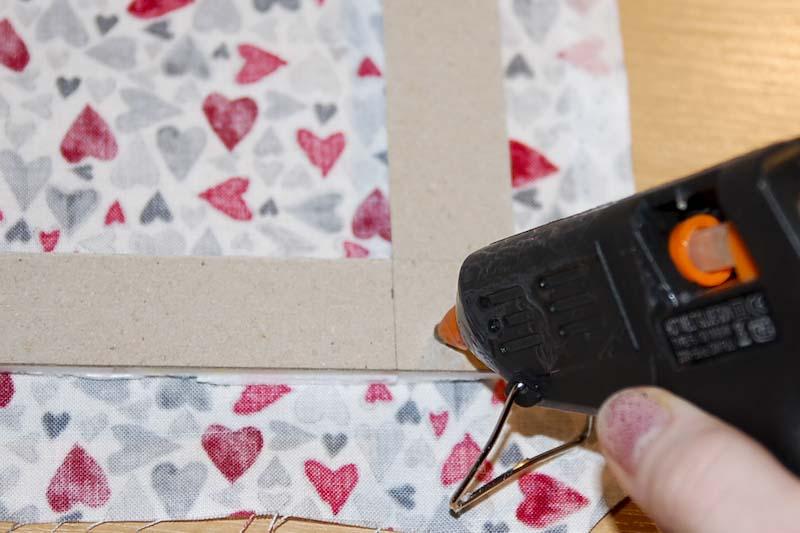 vnější rohy látky přilepíme na kartonový rámeček