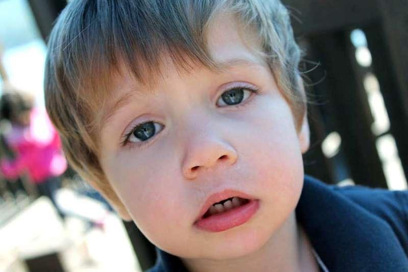 Když dítě po rýmě či zánětu ucha nedoslýchá