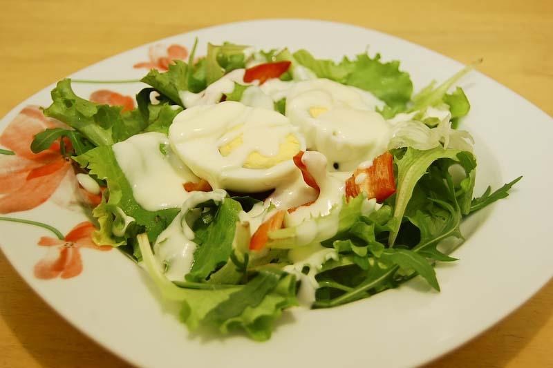 Lehký salát se sýrovou omáčkou