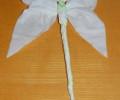Motýlí křídla k tělu připevníme drátkem anebo nití.
