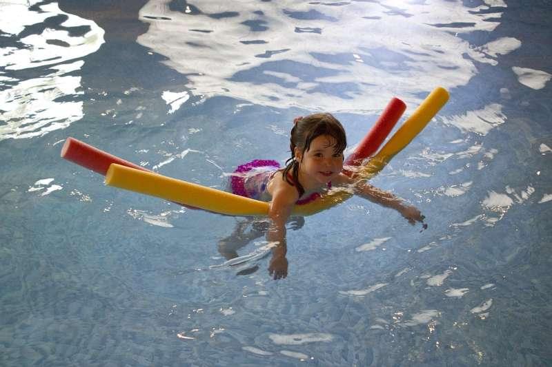 Co by mělo dítě umět, než se začne učit plavat?