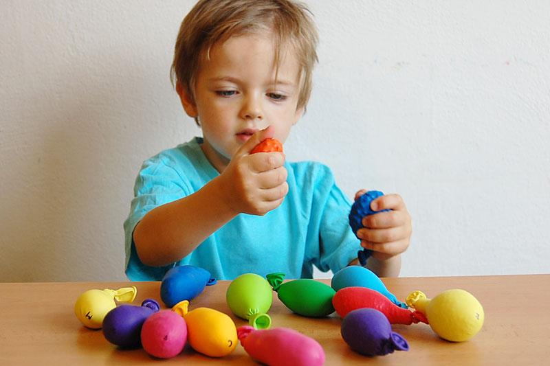 Zahrajte si hmatové pexeso z nafukovacích balónků