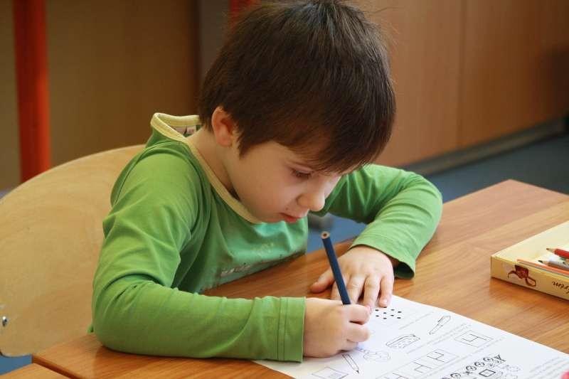 Drží správně tužku?