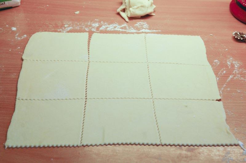 Plát vyválíme a nakrájíme na čtverce